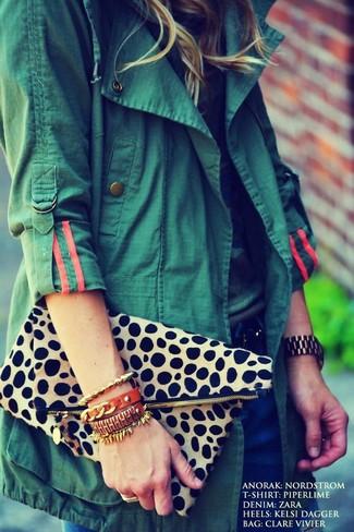 Как и с чем носить: темно-зеленый анорак, футболка с круглым вырезом с камуфляжным принтом, темно-синие джинсы, бежевый клатч с леопардовым принтом