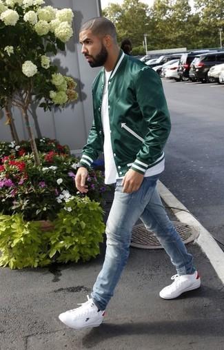Модный лук: Темно-зеленый бомбер, Белая футболка с круглым вырезом, Голубые джинсы, Белые кожаные низкие кеды