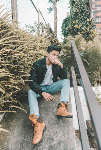Как и с чем носить: темно-зеленый бомбер в шотландскую клетку, белая футболка с круглым вырезом, голубые джинсы, светло-коричневые кожаные рабочие ботинки