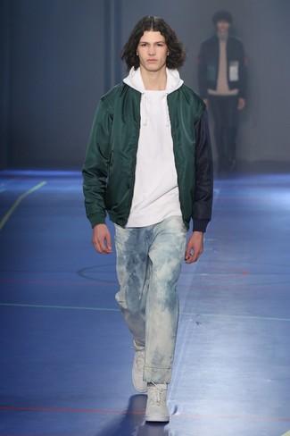 Как и с чем носить: темно-зеленый бомбер, белый худи, голубые вареные джинсы, белые высокие кеды