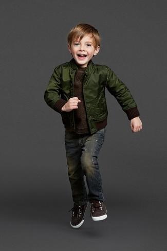 Как и с чем носить: темно-зеленый бомбер, темно-коричневый свитер, темно-синие джинсы, темно-коричневые кеды