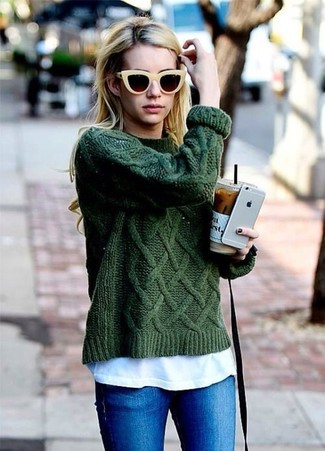 Как и с чем носить: темно-зеленый вязаный свитер, белая футболка с круглым вырезом, синие джинсы скинни, желтые солнцезащитные очки