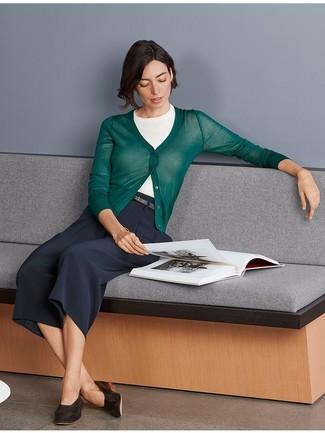 Как и с чем носить: темно-зеленый кардиган, белая кофта с коротким рукавом, темно-синие брюки-кюлоты, темно-коричневые кожаные лоферы