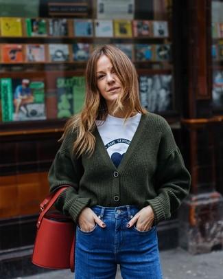 Как и с чем носить: темно-зеленый вязаный кардиган, бело-синяя футболка с круглым вырезом с принтом, синие джинсы, красная кожаная сумка-мешок