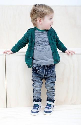 Как и с чем носить: темно-зеленый кардиган, серая футболка, синие джинсы, белые кеды