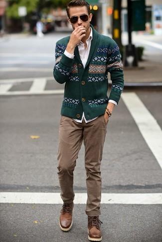 Модный лук: темно-зеленый кардиган с отложным воротником с жаккардовым узором, белая классическая рубашка, светло-коричневые брюки чинос, коричневые кожаные повседневные ботинки