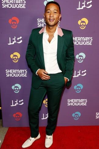 Как и с чем носить: темно-зеленый костюм, белая классическая рубашка, белые кожаные лоферы