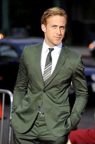 Как и с чем носить: темно-зеленый костюм, белая классическая рубашка, зеленый галстук в горизонтальную полоску