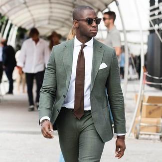 Как и с чем носить: темно-зеленый костюм, белая классическая рубашка, коричневый галстук, белый нагрудный платок