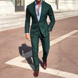 Как и с чем носить: темно-зеленый костюм, голубая классическая рубашка, темно-красные кожаные оксфорды