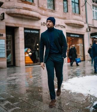 Как и с чем носить: темно-зеленый костюм, темно-синяя водолазка, темно-коричневые замшевые туфли дерби, темно-синяя шапка