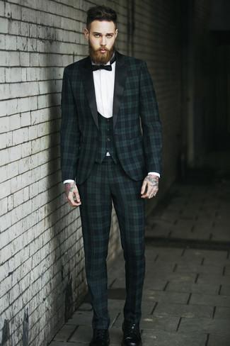 Как и с чем носить: темно-зеленый костюм-тройка в шотландскую клетку, белая классическая рубашка, черные кожаные повседневные ботинки, черный галстук-бабочка