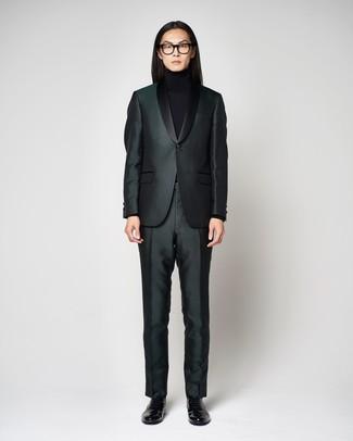 Как и с чем носить: темно-зеленый костюм, черная водолазка, черные кожаные лоферы