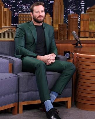Как и с чем носить: темно-зеленый костюм, черный свитер с круглым вырезом, черные кожаные оксфорды, синие носки