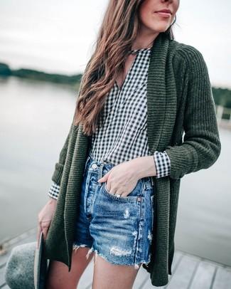 Женские луки: Темно-зеленый вязаный открытый кардиган и синие джинсовые рваные шорты — стильный выбор дам, которые никогда не сидят на месте.