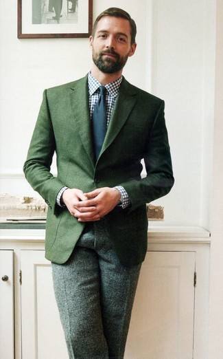 темно зеленый пиджак бело темно синяя классическая рубашка темно зеленые классические брюки темно синий галстук large 1522