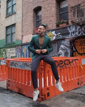 Как и с чем носить: темно-зеленый пиджак, коричневая водолазка, темно-синие классические брюки, белые низкие кеды