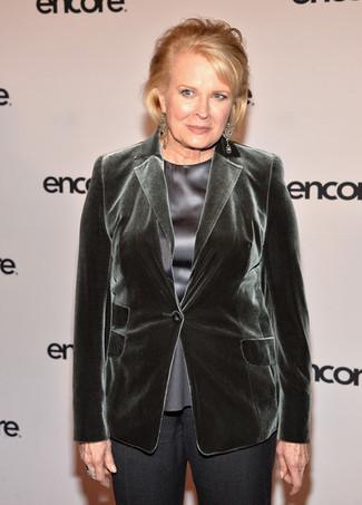 Как и с чем носить: темно-зеленый бархатный пиджак, серая шелковая блуза с коротким рукавом, темно-серые классические брюки, прозрачные серьги