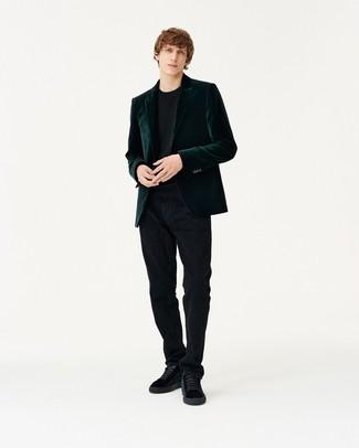 Модный лук: темно-зеленый бархатный пиджак, черный свитер с круглым вырезом, черные вельветовые джинсы, черные замшевые низкие кеды
