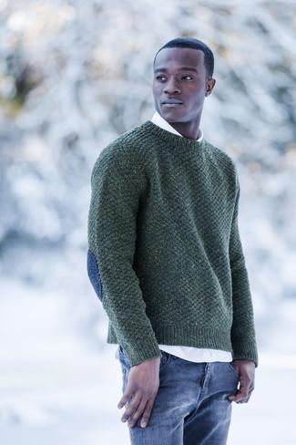 Как и с чем носить: темно-зеленый свитер с круглым вырезом, белая рубашка с длинным рукавом, синие джинсы