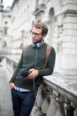 Как и с чем носить: темно-зеленый свитер с круглым вырезом, голубая рубашка с длинным рукавом, темно-синие джинсы, светло-коричневый рюкзак из плотной ткани