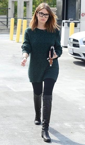 Как и с чем носить: темно-зеленый свитер с круглым вырезом с принтом, черные джинсы скинни, черные кожаные сапоги
