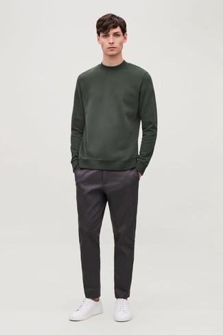 Модный лук: темно-зеленый свитшот, темно-пурпурные брюки чинос, белые низкие кеды из плотной ткани
