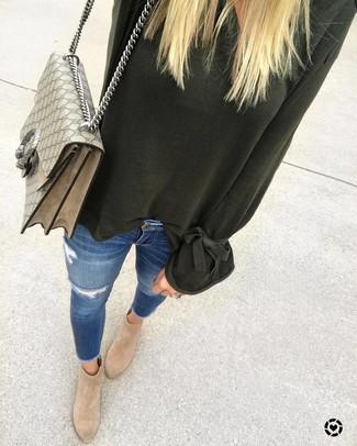 Как и с чем носить: темно-зеленый свободный свитер, синие рваные джинсы скинни, светло-коричневые замшевые ботильоны, бежевая сумка-саквояж из плотной ткани с принтом