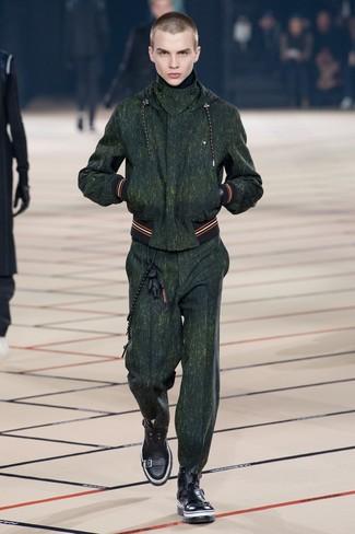 Модный лук: темно-зеленый спортивный костюм, черные кожаные повседневные ботинки