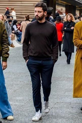 Темно-синие шерстяные брюки чинос: с чем носить и как сочетать: Темно-коричневая водолазка великолепно гармонирует с темно-синими шерстяными брюками чинос. Почему бы не привнести в этот образ чуточку легкой небрежности с помощью белых кожаных низких кед?