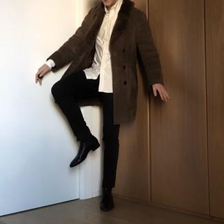 Мужские луки зима: Темно-коричневая дубленка и черные брюки чинос будет прекрасным вариантом для непринужденного повседневного лука. Боишься выглядеть несерьезно? Дополни этот ансамбль черными кожаными ботинками челси. Подобное сочетание несомненно придется тебе по вкусу в студеные декабрьские дни.