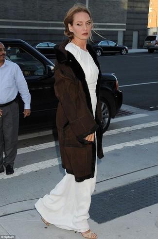 темно коричневая дубленка белое платье макси бежевые босоножки на каблуке на резинке large 22786