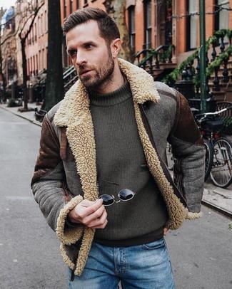 Как и с чем носить: темно-коричневая короткая дубленка, оливковый свитер с круглым вырезом, синие джинсы