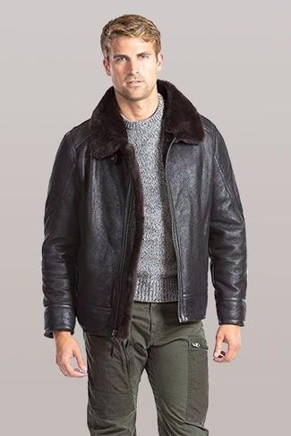 Как и с чем носить: темно-коричневая короткая дубленка, серый свитер с круглым вырезом, оливковые брюки карго