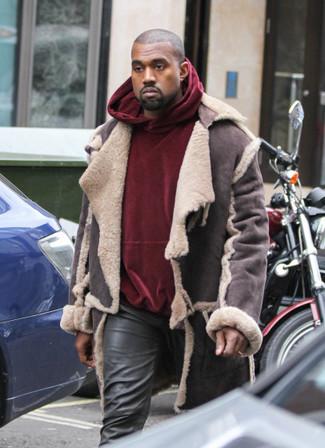 Как и с чем носить: темно-коричневая короткая дубленка, темно-красный бархатный худи, черные кожаные джинсы