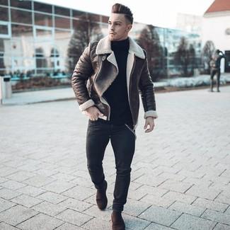 Темно-коричневая короткая дубленка: с чем носить и как сочетать мужчине: Темно-коричневая короткая дубленка и черные зауженные джинсы — хороший лук, если ты хочешь создать раскованный, но в то же время модный мужской лук. Любители экспериментов могут закончить образ темно-коричневыми замшевыми ботинками челси, тем самым добавив в него толику элегантности.