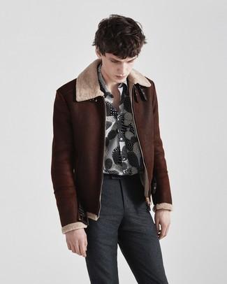 Как и с чем носить: темно-коричневая короткая дубленка, черно-белая рубашка с длинным рукавом с принтом, темно-серые шерстяные классические брюки