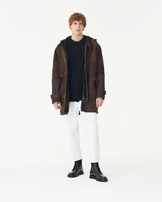 Как и с чем носить: темно-коричневая короткая дубленка, черный вязаный свитер, белые брюки чинос, черные кожаные повседневные ботинки