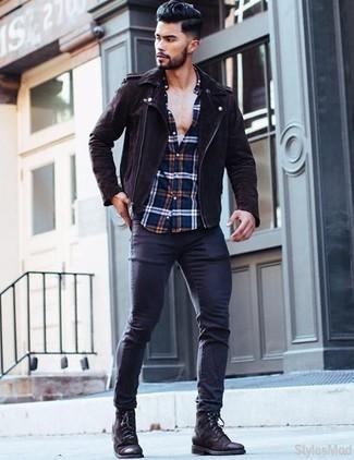Как и с чем носить: темно-коричневая замшевая косуха, бело-красно-синяя рубашка с длинным рукавом в шотландскую клетку, темно-синие зауженные джинсы, черные кожаные повседневные ботинки