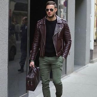 Как и с чем носить: темно-коричневая кожаная косуха, черный свитер с круглым вырезом, оливковые брюки карго, темно-пурпурный кожаный портфель