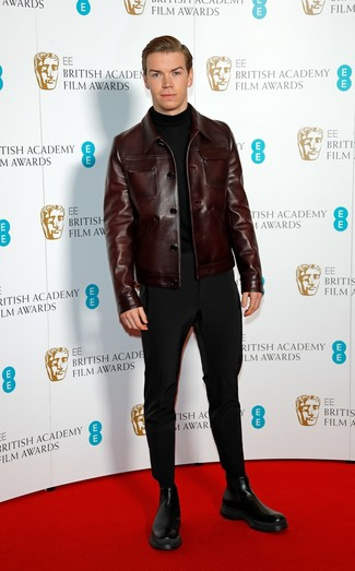 Как и с чем носить: темно-коричневая кожаная куртка-рубашка, черная водолазка, черные брюки чинос, черные кожаные ботинки челси
