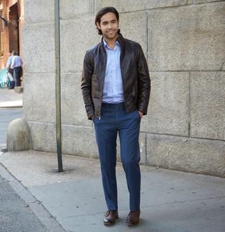 Как и с чем носить: темно-коричневая кожаная куртка харрингтон, голубая рубашка с длинным рукавом, темно-синие классические брюки, темно-коричневые кожаные ботинки дезерты