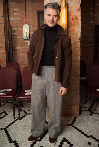 Темно-коричневая замшевая куртка харрингтон: с чем носить и как сочетать: Несмотря на свою несложность, дуэт темно-коричневой замшевой куртки харрингтон и серых брюк чинос в шотландскую клетку приходится по вкусу стильным молодым людям, а также покоряет сердца дамского пола. Вместе с этим луком гармонично будут смотреться темно-коричневые замшевые низкие кеды.