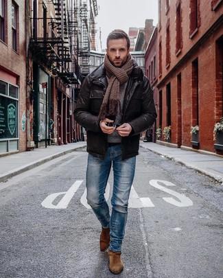 """Как и с чем носить: темно-коричневая кожаная полевая куртка, синие зауженные джинсы, коричневые замшевые ботинки челси, коричневый шарф с узором """"гусиные лапки"""""""