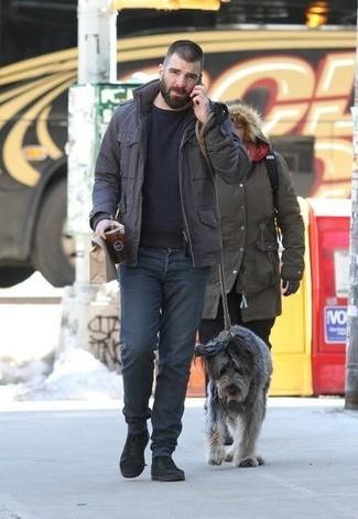 Как и с чем носить: темно-коричневая полевая куртка, черный свитер с круглым вырезом, темно-серые джинсы, черные замшевые повседневные ботинки