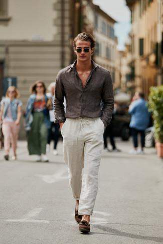 Как и с чем носить: темно-коричневая льняная рубашка с длинным рукавом, бежевые льняные брюки чинос, коричневые замшевые лоферы с кисточками, темно-зеленые солнцезащитные очки