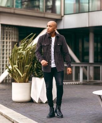 Мужские луки: Если превыше всего ты ценишь удобство и функциональность, обрати внимание на такое сочетание темно-коричневой вельветовой рубашки с длинным рукавом и черных зауженных джинсов. Хочешь сделать образ немного элегантнее? Тогда в качестве обуви к этому луку, стоит выбрать черные кожаные повседневные ботинки.