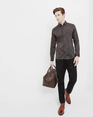 Модный лук: Темно-коричневая рубашка с длинным рукавом с цветочным принтом, Черные брюки чинос, Коричневые кожаные ботинки броги, Темно-коричневая кожаная дорожная сумка
