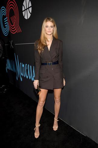 Как и с чем носить: темно-коричневое платье-смокинг, бежевые кожаные босоножки на каблуке, черно-золотой клатч, черный кожаный ремень