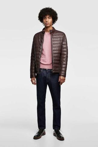 Как и с чем носить: темно-коричневый кожаный стеганый бомбер, розовый свитер с круглым вырезом, темно-синие джинсы, черные кожаные туфли дерби